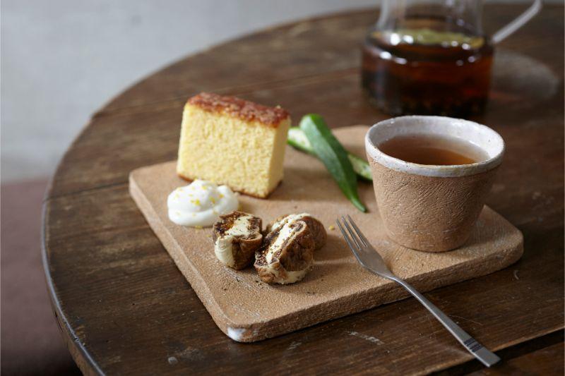 豊田麗さんの器と薬膳スイーツやおやつなど湯飲みに入った豆ヨガ茶もセットして。